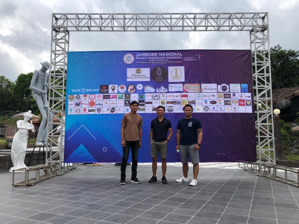 Tim BestHostels Indonesia berfoto di depan banner acara Jambore Nasional Yogyakarta 2020